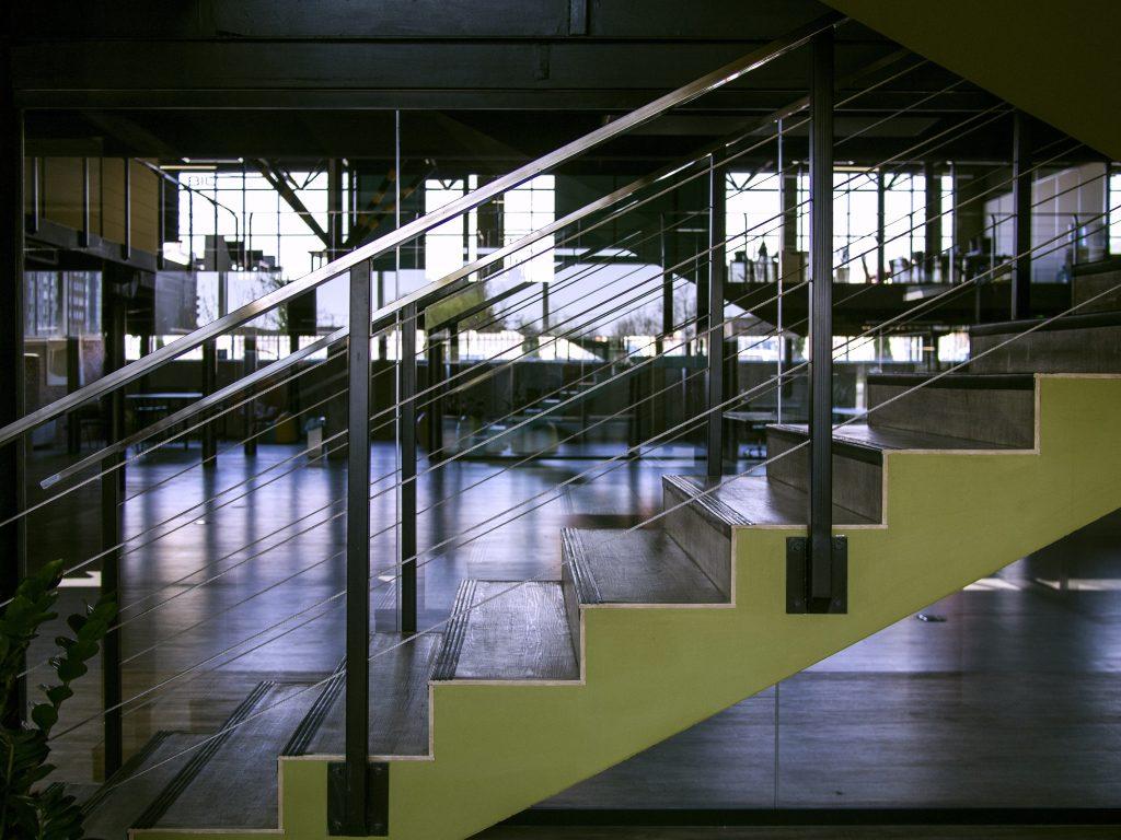 Foto von Stufen als Symbol für die Kompetenzstufen, die der Lerner erklimmt